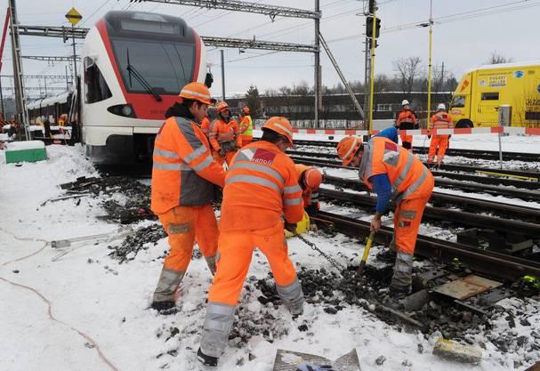 Bahnmitarbeiter machen sich an der Unglücksstelle zu schaffen