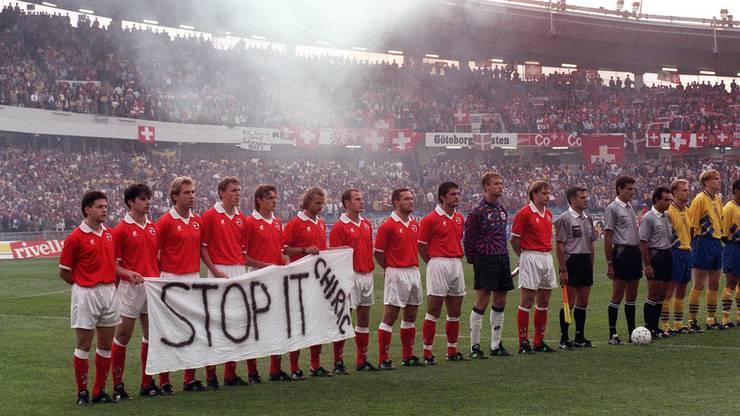 Die Schweizer Nationalmannschaft mit dem selbstgebastelten Banner.