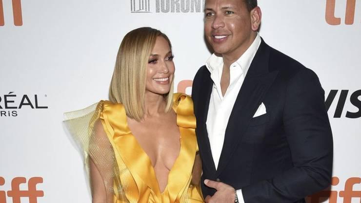 Jennifer Lopez (l) und Alex Rodriguez (r) haben ein halbes Jahr nach der Bekanntgabe Ende September 2019 die Verlobung doch noch gefeiert. (Archiv)