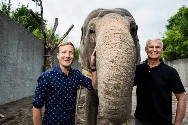 Moderator Stefan Büsser mit Franco Knie und dem antretenden Elefanten