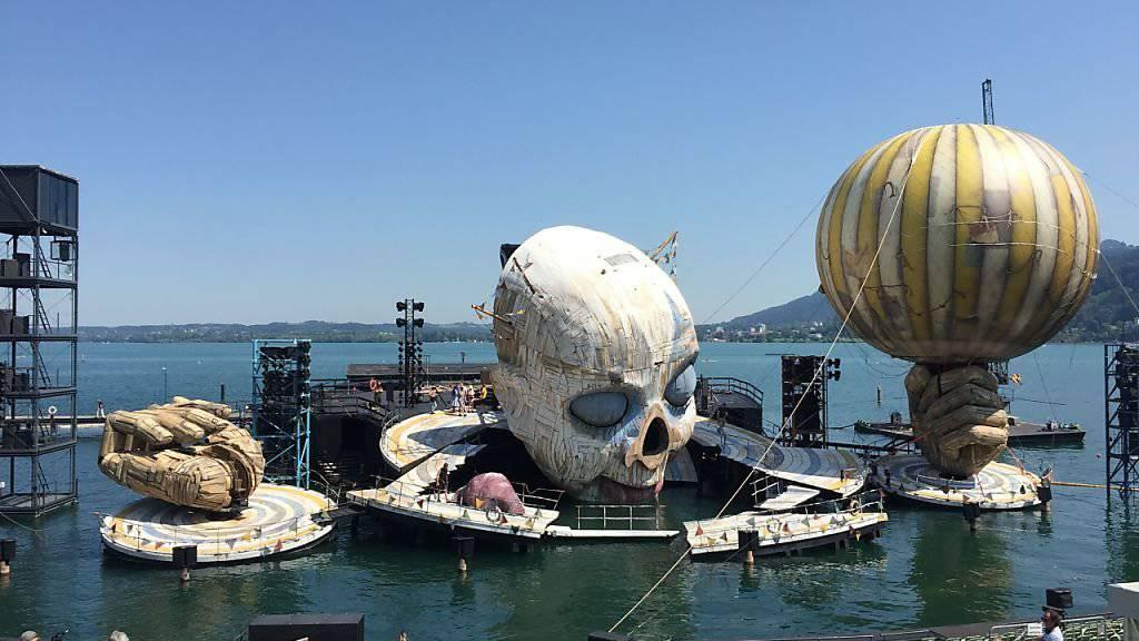 Probenbetrieb auf der Seebühne der Bregenzer Festspiele: Am 17. Juli wird die Oper «Rigoletto» erstmals in Bregenz aufgeführt. Die Bühne und mit ihr der Clownkopf bewegen sich wie ein grosse, dynamische Maschine.