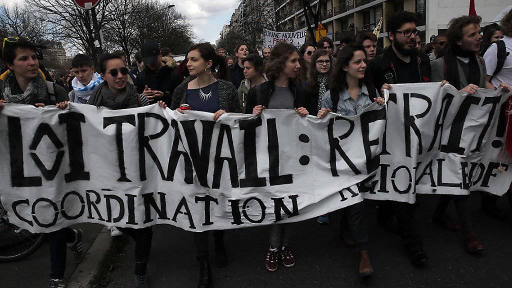 Junge Menschen protestieren in Paris gegen die Arbeitsrechtreform.