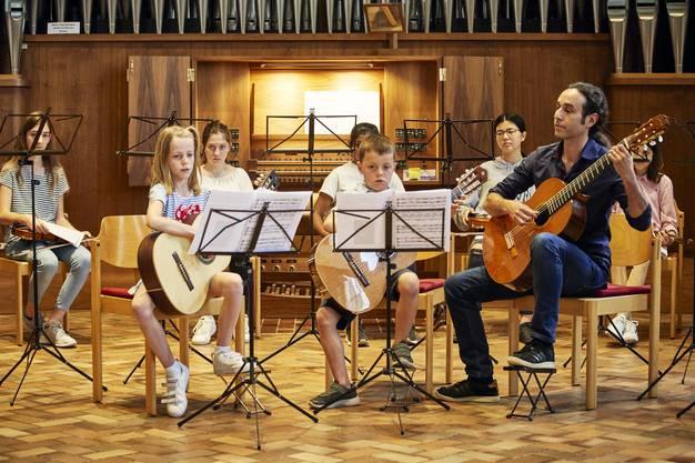 """Schülerinnen und Schüler der Musikschule Schlieren kommentieren in ihrem Konzert das Kinderbuch """"Elmar"""". Unterstützt werden sie durch die Organistin Helga Váradi. Das Ganze findet im Rahmen des """"Fête de la Musique"""", dem internationalen Tag der Musik, statt."""