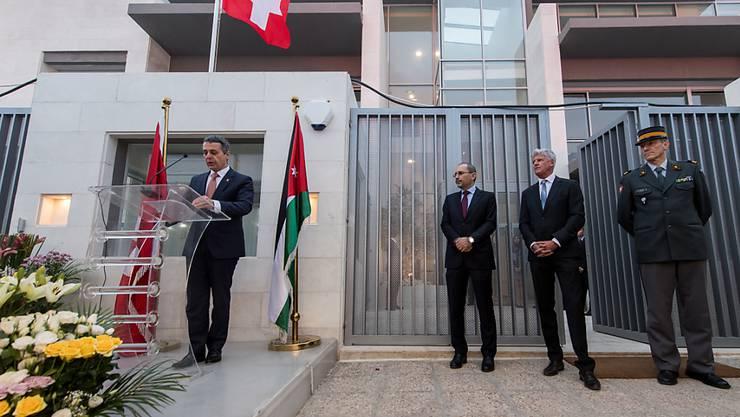 Bundesrat Ignazio Cassis (links) eröffnete am Sonntag in Amman ein neues Botschaftsgebäude - im Beisein des jordanischen Aussenministers (2. von links).
