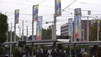 Vor dem Bahnhofsgebäude begrüssen Flaggen die Besucher der Stadt. Juri Junkov
