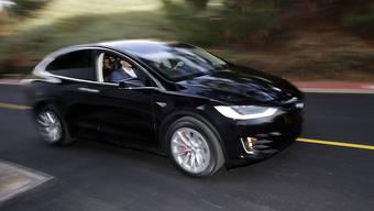Der Fahrzeughersteller Tesla ruft rund 11'000 Fahrzeuge vom Typ Model X aufgrund von Sitzproblemen zurück. (Symbolbild)