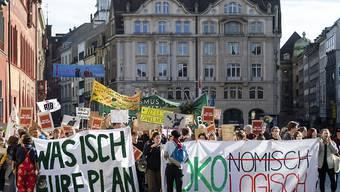 Rund 600 Menschen demonstrierten am Sonntag in Basel für eine nachhaltig klimafreundliche Politik.