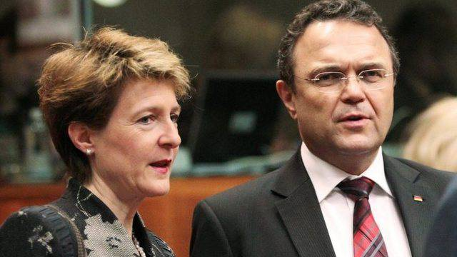 Bundesrätin Simonetta Sommaruga im Gespräch mit dem deutschen Innenminister Hans-Peter Friedrich