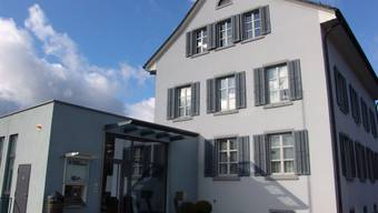 """Das Dach des Uitiker Gemeindehauses kann saniert werden, nachdem die """"Gmeind"""" einen Kredit dafür genehmigt hat."""