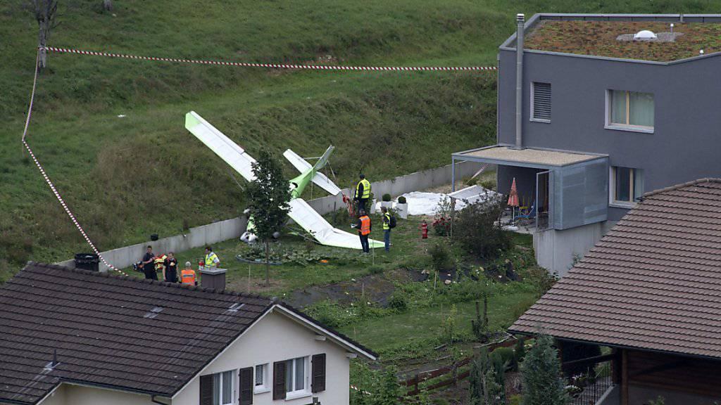 Das Unglück an den Dittinger Flugtagen vom Sonntag forderte ein Todesopfer. Der Pilot des Ultraleichtflugzeugs im Bild hatte Glück: Er konnte sich mit einem Fallschirm retten.