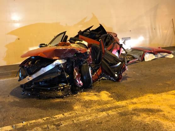 Oberwil-Lieli AG, 13. März: Ein 31-jähriger Schweizer kam mit seinem Ford im Umfahrungstunnel auf die Gegenfahrbahn. Dort prallte er frontal mit einem BMW zusammen. Die Lenkerin, eine 37-jährige Slowakin wurde im komplett eingedrückten Auto eingeklemmt. Die BMW-Fahrerin musste von der Feuerwehr mit grossem Aufwand geborgen und mit Verdacht auf mittelschwere Verletzung per Rettungshelikopter ins Spital geflogen werden.