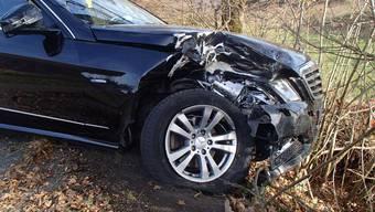 Autofahrer wich grauem Auto aus, um Kollision zu verhindern. Dann prallte er jedoch mit seinem Auto gegen einen Baum.