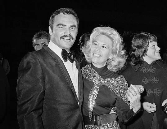 """Burt Reynolds und Sally Field besuchen das Off-Broadway-Stück """"Buried Child"""" in New York. Reynolds, der u.a.  in Filmen wie """"Deliverance"""", """"Boogie Nights"""" und """"Smokey and the Bandit"""" zu sehen war, starb im Alter von 82 Jahren, teilte sein Agent mit."""