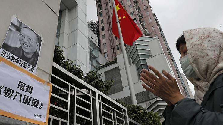 Mit einer Mahnwache vor dem Verbindungsbüro der chinesischen Regierung in Hongkon gedenken Aktivisten dem verstorbenen Menschenrechtler Liu Xiaobo.