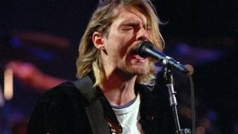 Ein Auktionshaus versteigert eine Lieblingsgitarre des verstorbenen Nivana-Frontmanns Kurt Cobain (Foto: Robert Sorbo/AP 1993)