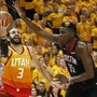 Houstons Center Clint Capela (rechts) kommt mit den Rockets in den Playoffs gegen Utah Jazz weiter