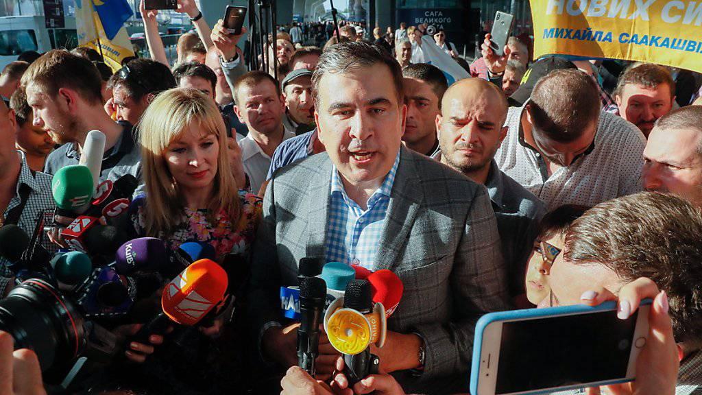Der ehemalige georgische Präsident Michail Saakaschwili wurde am Flughafen von Kiew von Dutzenden Anhängern empfangen.