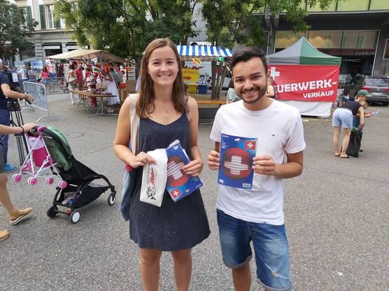 """""""Wir finden es schade, dass es kein Feuerwerk gibt, aber schön, dass die Stadt sich trotzdem etwas hat einfallen lassen"""": Muriel aus Baden und Luca aus Lengnau. Den 1. August feiern sie nun mit Freunden zuhause."""