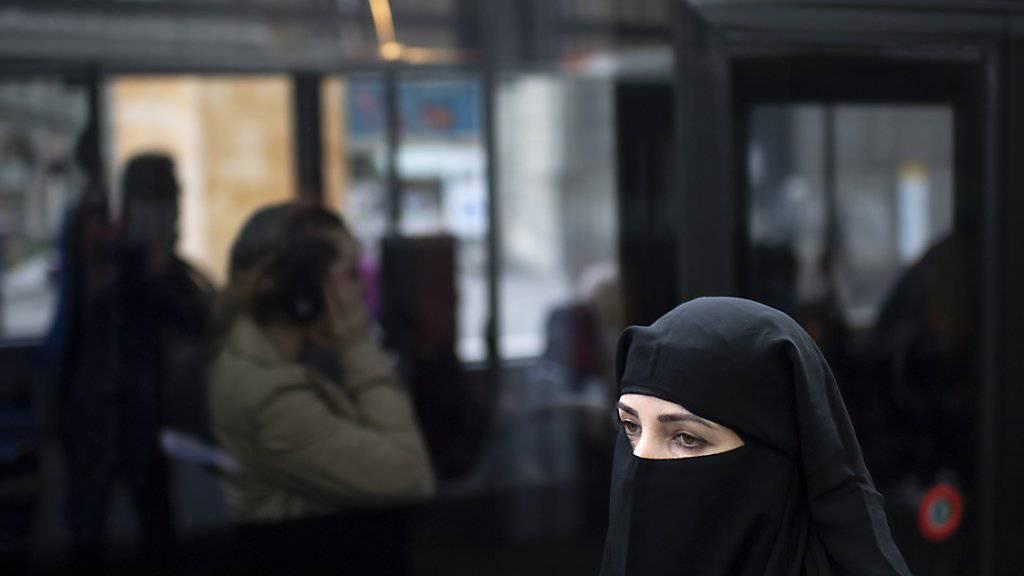 In den Niederlanden ist seit Donnerstag «gesichtsbedeckende» Kleidung wie Burkas oder Schleier in öffentlichen Einrichtungen verboten. (Symbolbild)