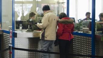 15-Stunden-Schichten bald auch für sie? Angestellte bedienen die Kasse einer Schweizer Bergbahn (Symbolbild)
