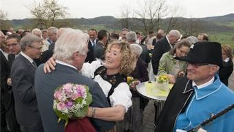 Alt Nationalrat Ulrich Siegrist gratuliert Frau Landammann Susanne Hochuli beim Apéro