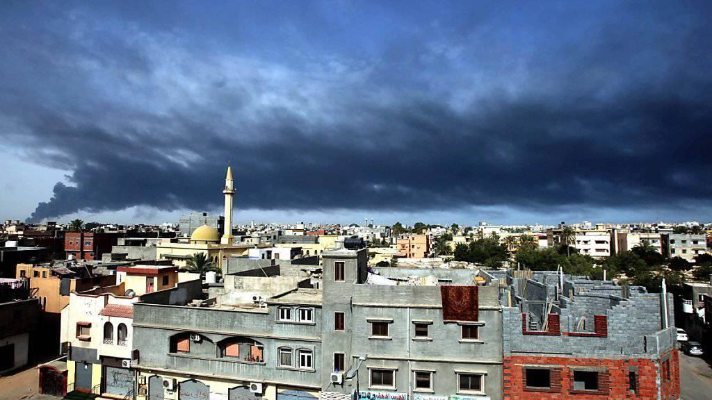 Rauch über Tripolis: In weiten Teilen Libyens herrscht das Chaos. Die IS-Führung könnte das ausnützen und dorthin flüchten, befürchtet der Terrorbeauftragte der EU. (Archivbild)