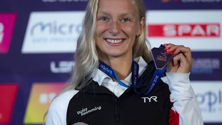 Maria Ugolkova posiert an der Langbahn-EM im August 2018 mit ihrer Bronzemedaille über 200 m Lagen