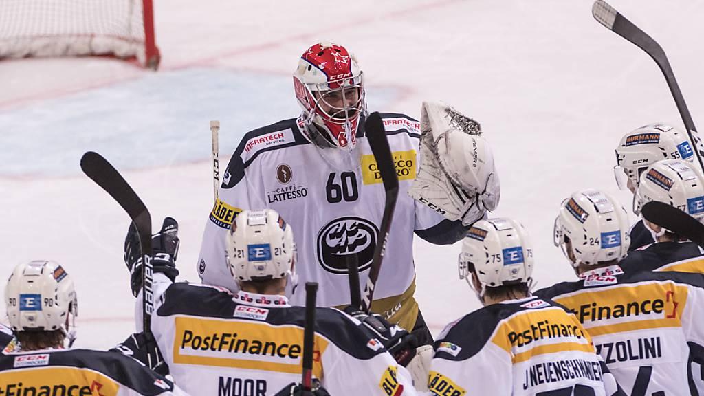 Ambris Torhüter Viktor Östlund freut sich mit seinen Mitspielern über den 3:2-Sieg nach Penaltyschiessen beim SC Bern