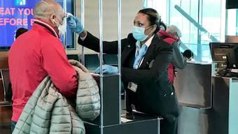 Am Flughafen Zürich wird neuerdings die Körpertemperatur von Alitalia-Passagieren gemessen.