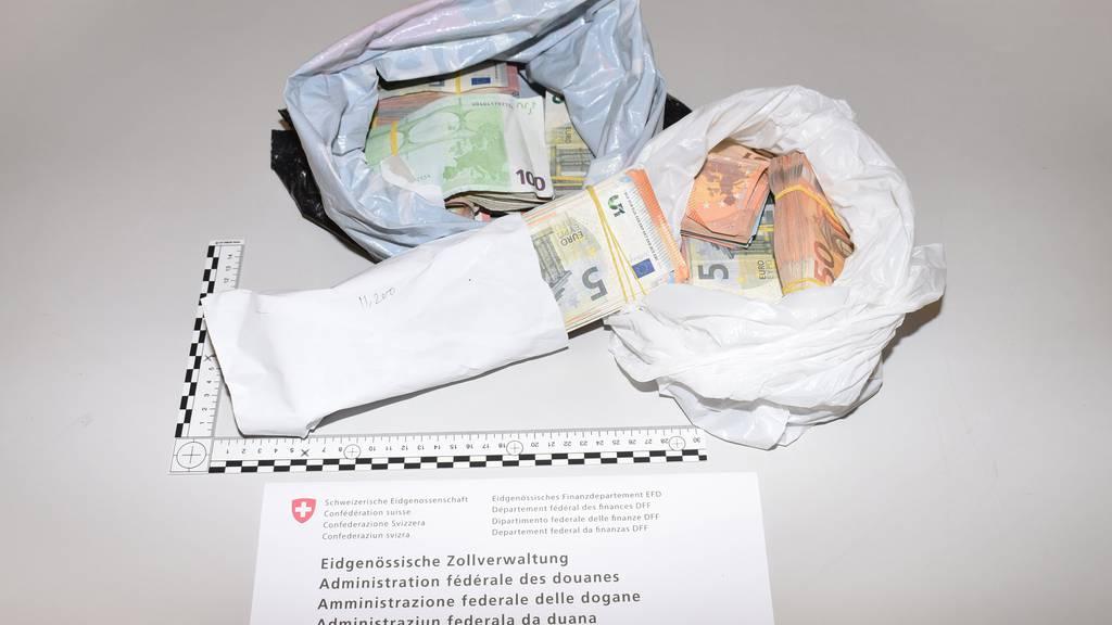Zwei Männer versuchten beinahe eine halbe Million Franken über die Grenze zu schmuggeln.