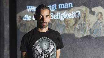 Adrian Notz, Direktor des Cabarets Voltaire, in der neuen Dauerausstellung.