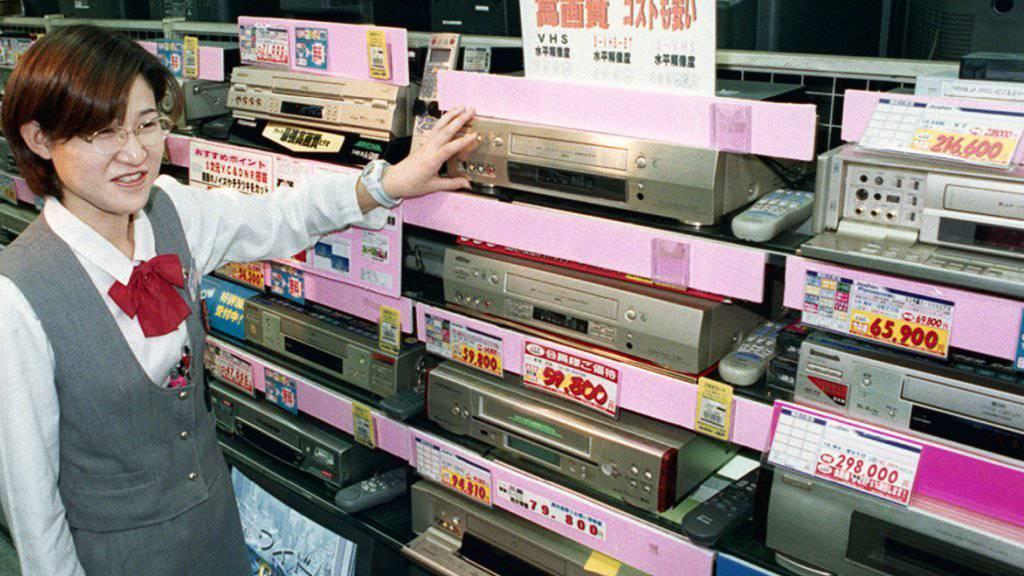 Eine Ära geht zu Ende: Videorekorder waren einst gefragt, werden nun aber nicht mehr produziert. Das Bild ist im Jahr 1998 in einem Laden im japanischen Osaka gemacht worden. (Symbol).