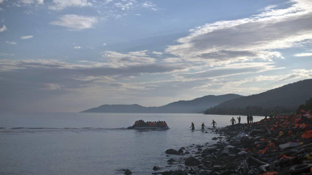 Ein Flüchtlingsboot am Dienstag bei der Ankunft auf der griechischen Insel Lesbos. Symbolbild)