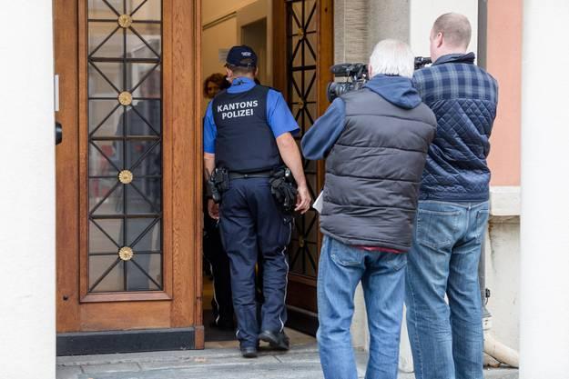 Hier wird Zeljko J., in die Räumlichkeiten des Bezirksgerichts Aarau geführt - gefilmt von zwei Medienschaffenden.