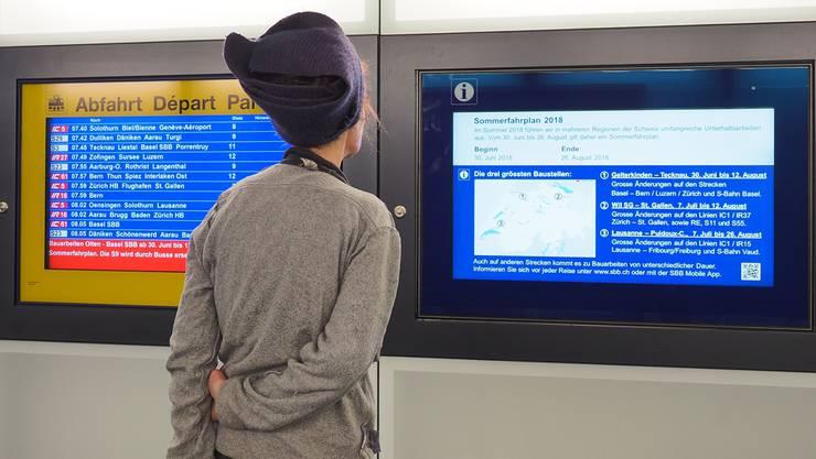 Die Passagiere werden via App, Durchsagen und Bildschirmen am Bahnhof über die Umstellungen informiert.