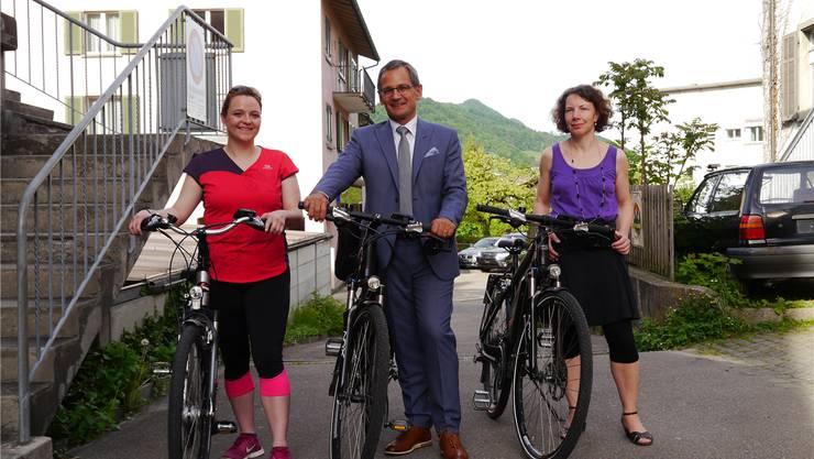 Stefanie Heimgartner (SVP), Sander Mallien (GLP) und Barbara Bircher (SP) fahren in den nächsten Wochen E-Bike statt Auto. Stettler