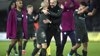 City-Trainer Pep Guardiola herzt David Silva, den Doppeltorschützen beim jüngsten 4:0-Sieg in Swansea
