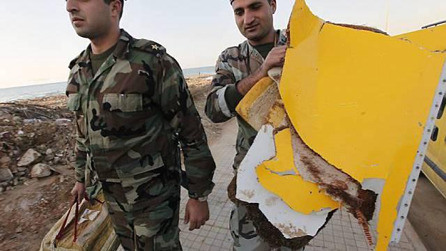 Libanesiche Soldaten sammeln Wrackteile