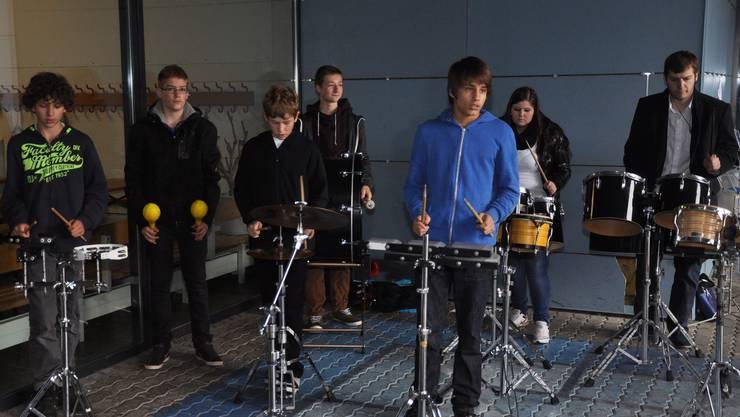 Diese Schüler gaben ein Open-Air-Perkussionskonzert