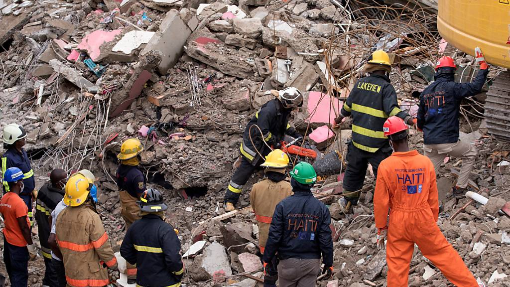 Rettungskräfte suchen weiter nach Verschütteten in Haiti. 16 Menschen konnten am Dienstag aus den Trümmern gerettet werden.