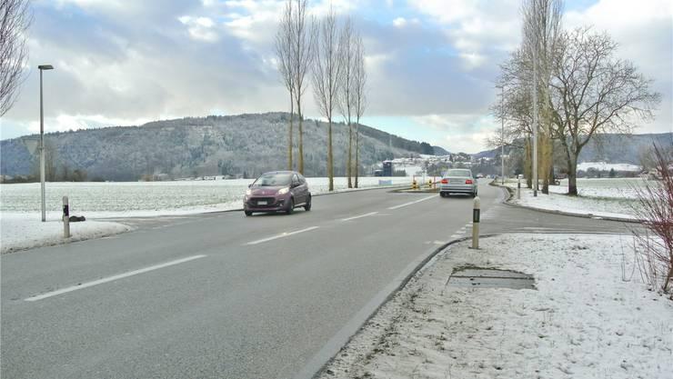 Bei der Verkehrsinsel auf Höhe des Güterwegs (r.) ist eine Lichtsignalanlage vorgesehen. In diesem Rahmen soll auch eine Fussgängerquerung realisiert werden.