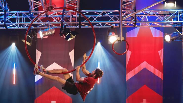 Chris Harmat hangelt sich in der Sendung Ninja Warrior durch die Hindernisse.