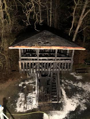 Der ausgebrannte Holzturm nach den Löscharbeiten.