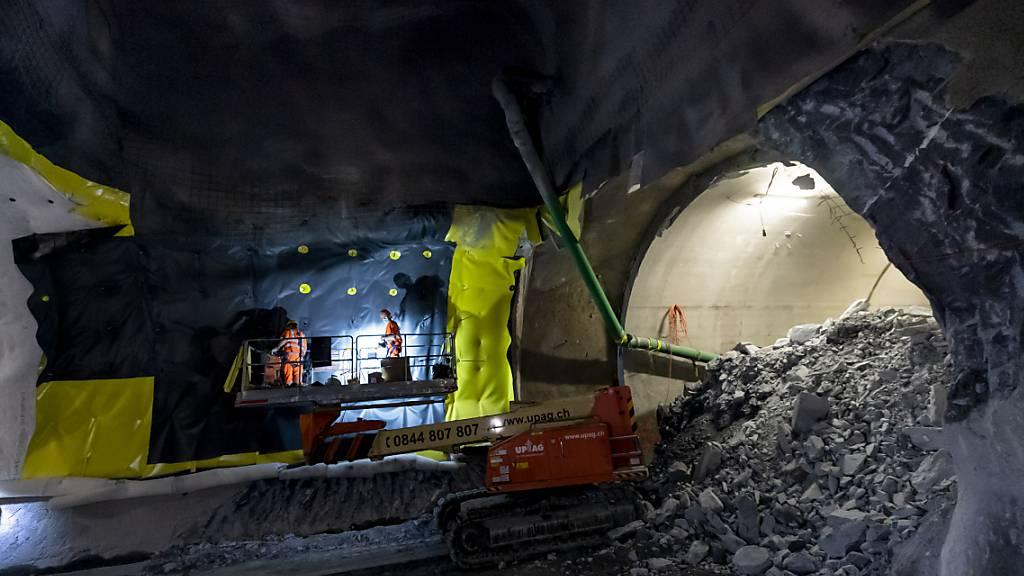 Die Sanierung des Lecks im Lötschbergtunnel soll bis Ende Februar abgeschlossen werden. (Archivbild)