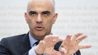 Sozialminister Alain Berset skizziert die Reform der zweiten Säule. Rentensenkungen hält er für zwingend. Die Ausfälle sollen mit höheren Einzahlungen ausgeglichen werden.