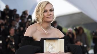 """Diane Kruger mit der goldenen Palme, die sie für Fatih Akins Film """"Aus dem Nichts"""" erhalten hat. Sich wieder fest in Deutschland niederlassen, möchte sie nicht - obwohl sie noch Heimatgefühle hegt."""