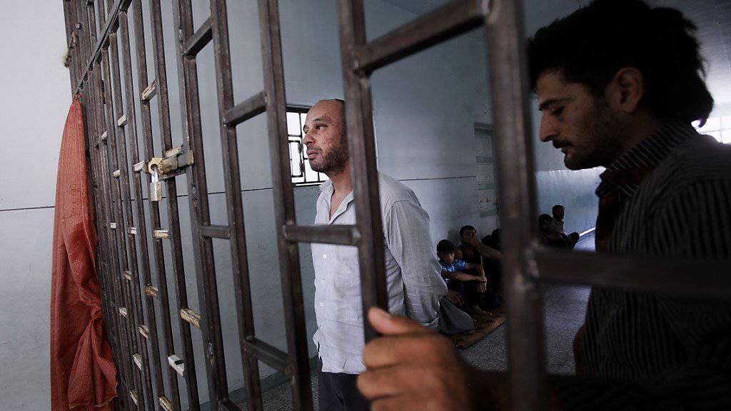 Syrer in einem improvisierten Gefängnis in Aleppo im Jahr 2012: Seit Ausbruch des Bürgerkrieges im Land sind laut Amnesty International 18'000 Gefangene ums Leben gekommen. (Archivbild)