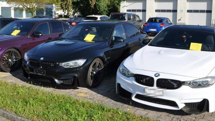 Die von der Kantonspolizei Solothurn sichergestellten Fahrzeuge von Auto-Posern warten auf die Motorfahrzeugkontrolle. Darunter auch der weisse BMW M4 von Roger Gantner.