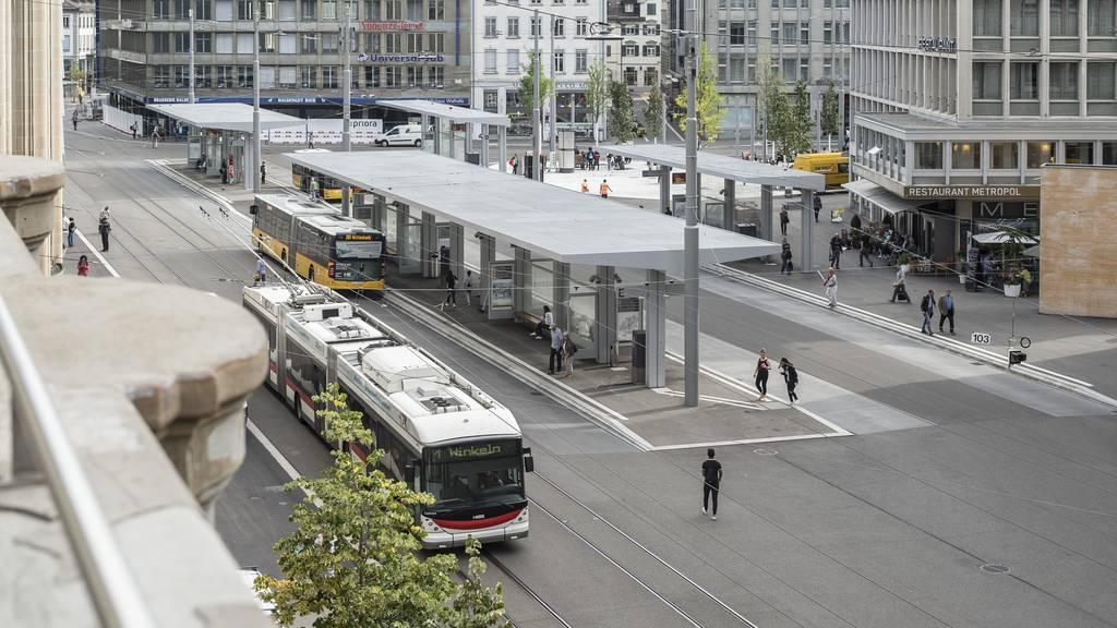 Italienischer Tourist fährt auf Bahnhofplatz zwei Fussgänger an