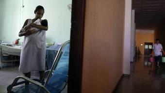 Eine Frau in Kuba mit einem Neugeborenen - unzählige Frauen weltweit werden ungewollt schwanger (Symbolbild)